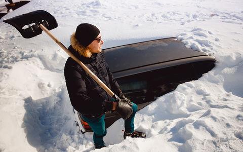 Если автомобиль зарывают в снег, к чему бы это? Странное видео удивило интернет
