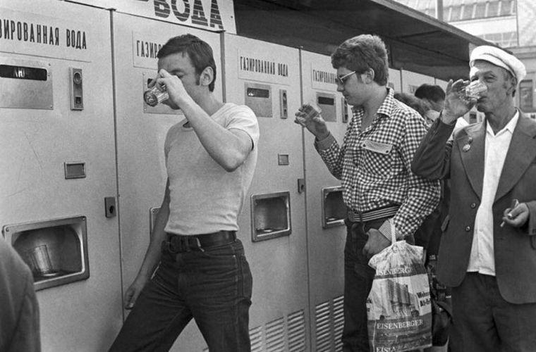 Автоматы по продаже газированной воды в советские годы можно было нередко встретить на улице или в общественных местах. Только в Москве таковых насчитывалось 10 000 СССР, граненый стакан, губастый, история, посуда, стакан, стекло, факты