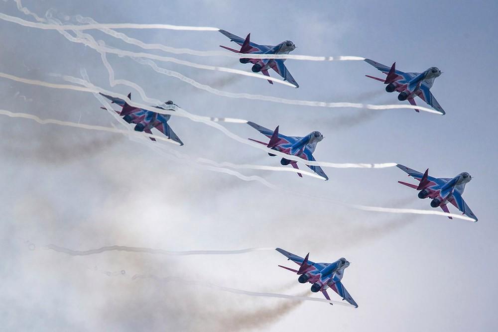 Пилотажные группы выступили на авиашоу в Кубинке