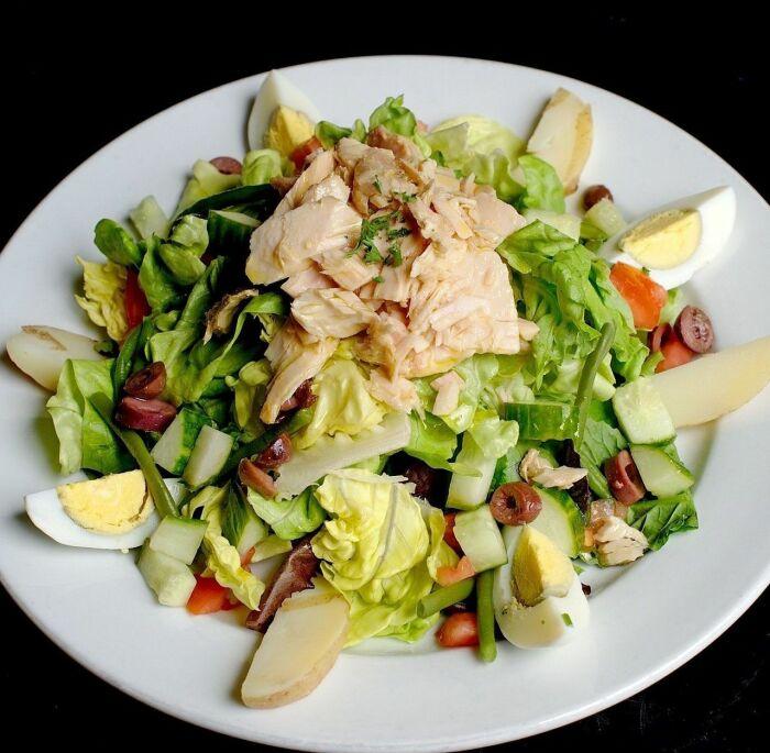 Салат с тунцом и яблоками.  Фото: google.com.