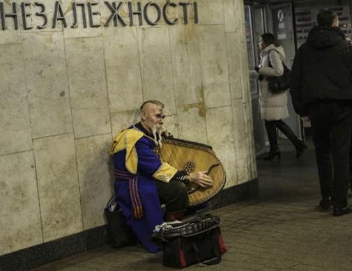 Продукты стремительно дорожают: украинцы заменяют мясо на хлеб, а хлеб на картошку