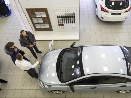 Автомобилей стали покупать меньше, а денег на них тратят столько же
