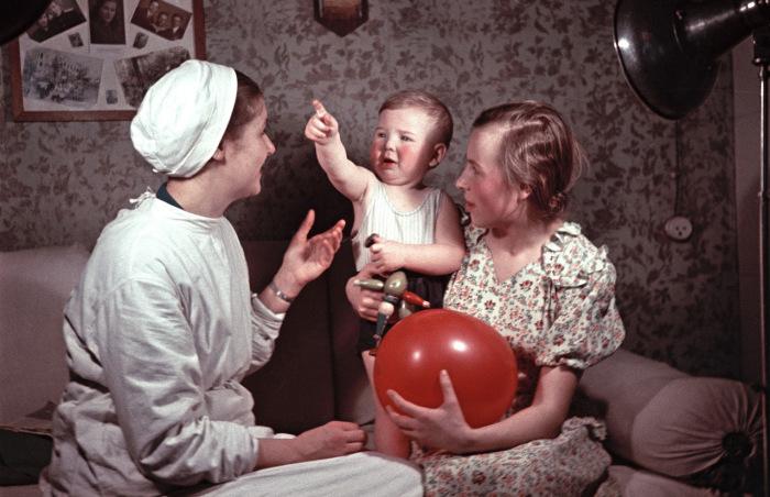 Работница в детском интернате с двумя детьми. Украина, 1950-е годы. Фото: Semyon Osipovich Friedland.