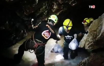 В Таиланде готовятся возобновить эвакуацию застрявших в пещере детей