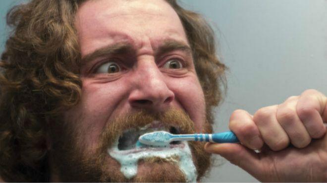 В чём причина желтизны зубов и как с ней бороться?