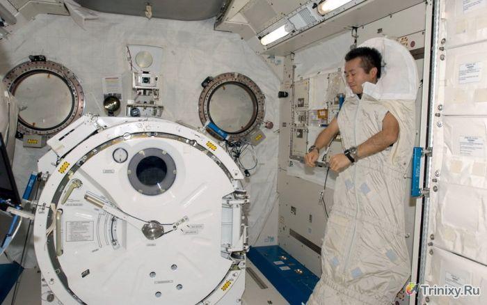 Как в условиях невесомости на МКС спят космонавты