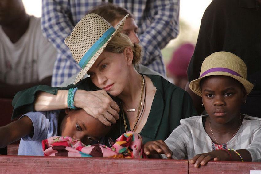 Люди с большим сердцем: 13 знаменитостей, воспитывающих приемных детей