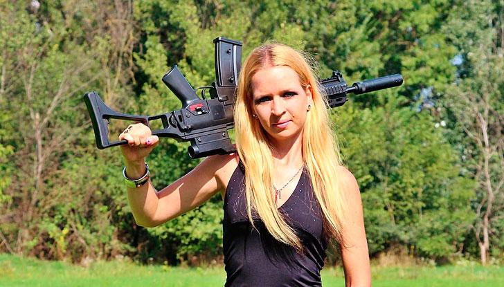 После этого случая в оружейном магазине я блондинок реально побаиваюсь