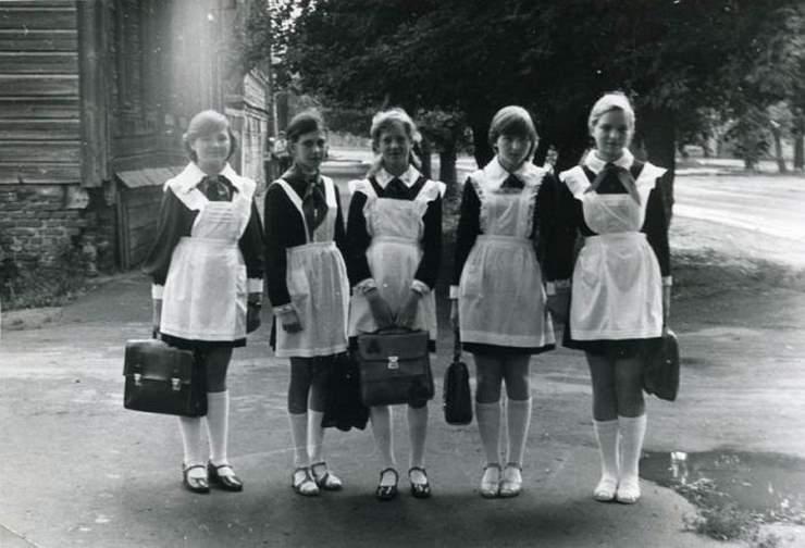 Скоро выпускной, предлагаем вам вспомнить как выглядели выпускницы раньше и как они выглядят сейчас