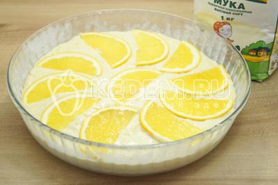 Второй апельсин нарезать тонкими ломтиками и украсить сверху пирог.