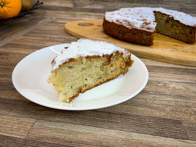 Фото к рецепту: Сметанный пирог с яблоками