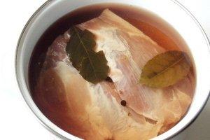 Свинину опускаем в маринад и ставим в холод на время от 3 до 24 часов.