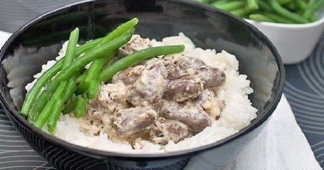 Тушеные куриные сердечки в сметане - сытное блюдо на каждый день