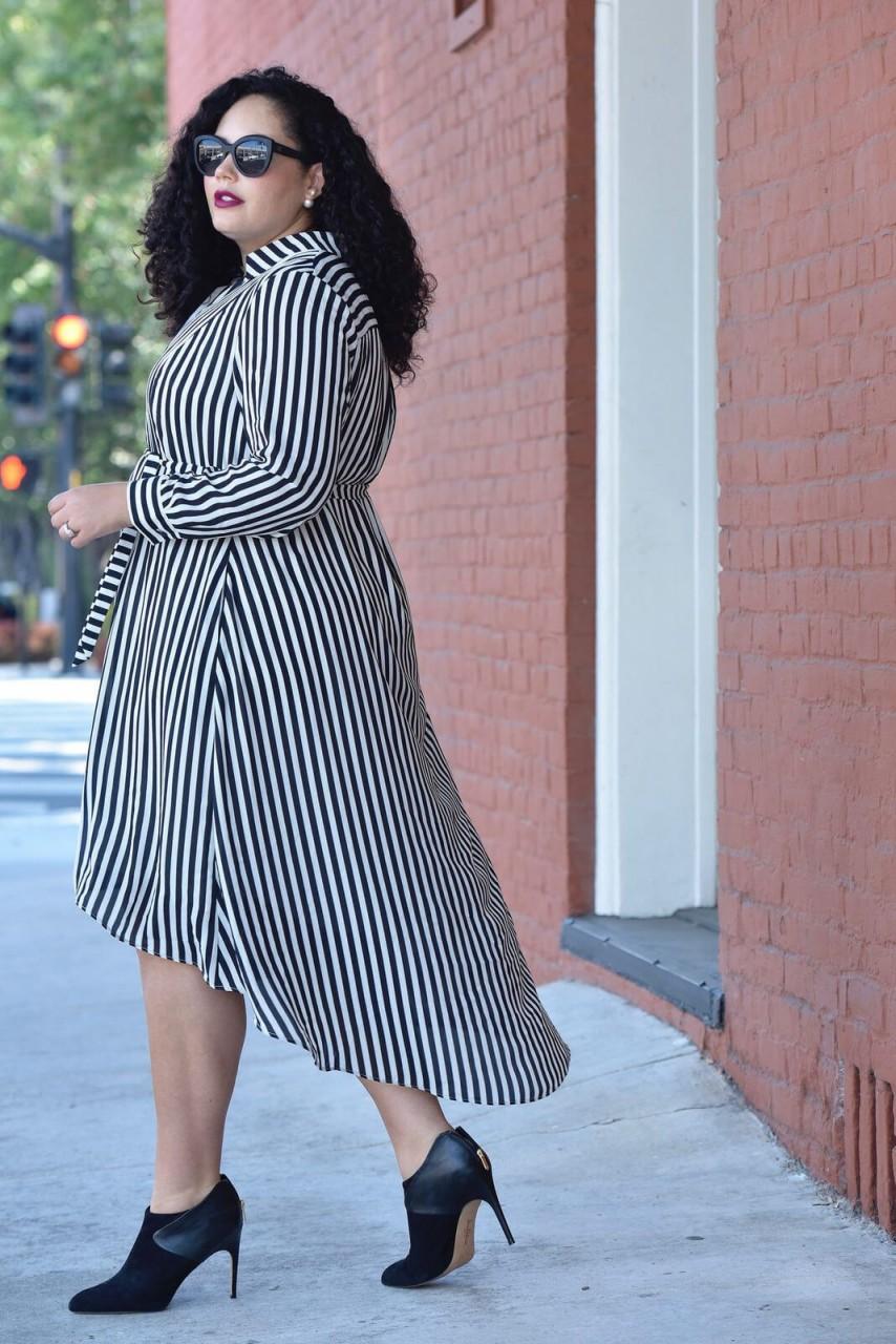 Полная девушка в полосатом платье