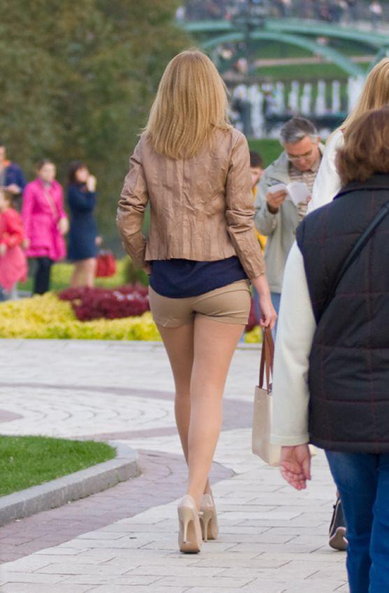 Попки девочек в мини юбках
