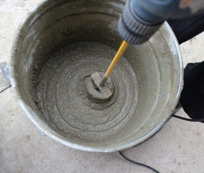 Мужчина залил цемент в резиновые перчатки.То, что произошло дальше, просто невероятно