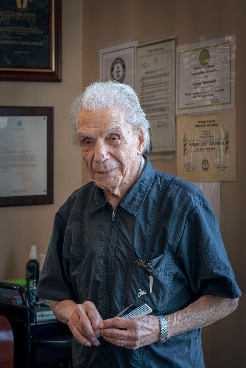 Парикмахер стрижет клиентов уже почти 100 лет и не идет на пенсию