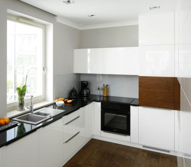 Для навесных шкафов лучше использовать дверцы, которые открываются вверх, а не в стороны, так как они совсем не занимают полезное пространство