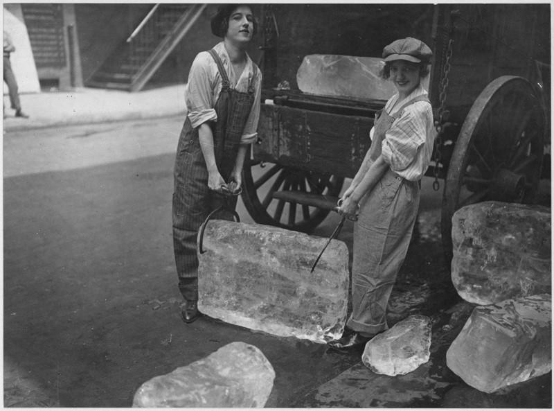 1. Женщины делали даже самую сложную работу. Например, доставляли лед, 1918 год женщины из прошлого, история, фото