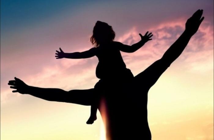 «Девочке три, она едет у папы на шее…»