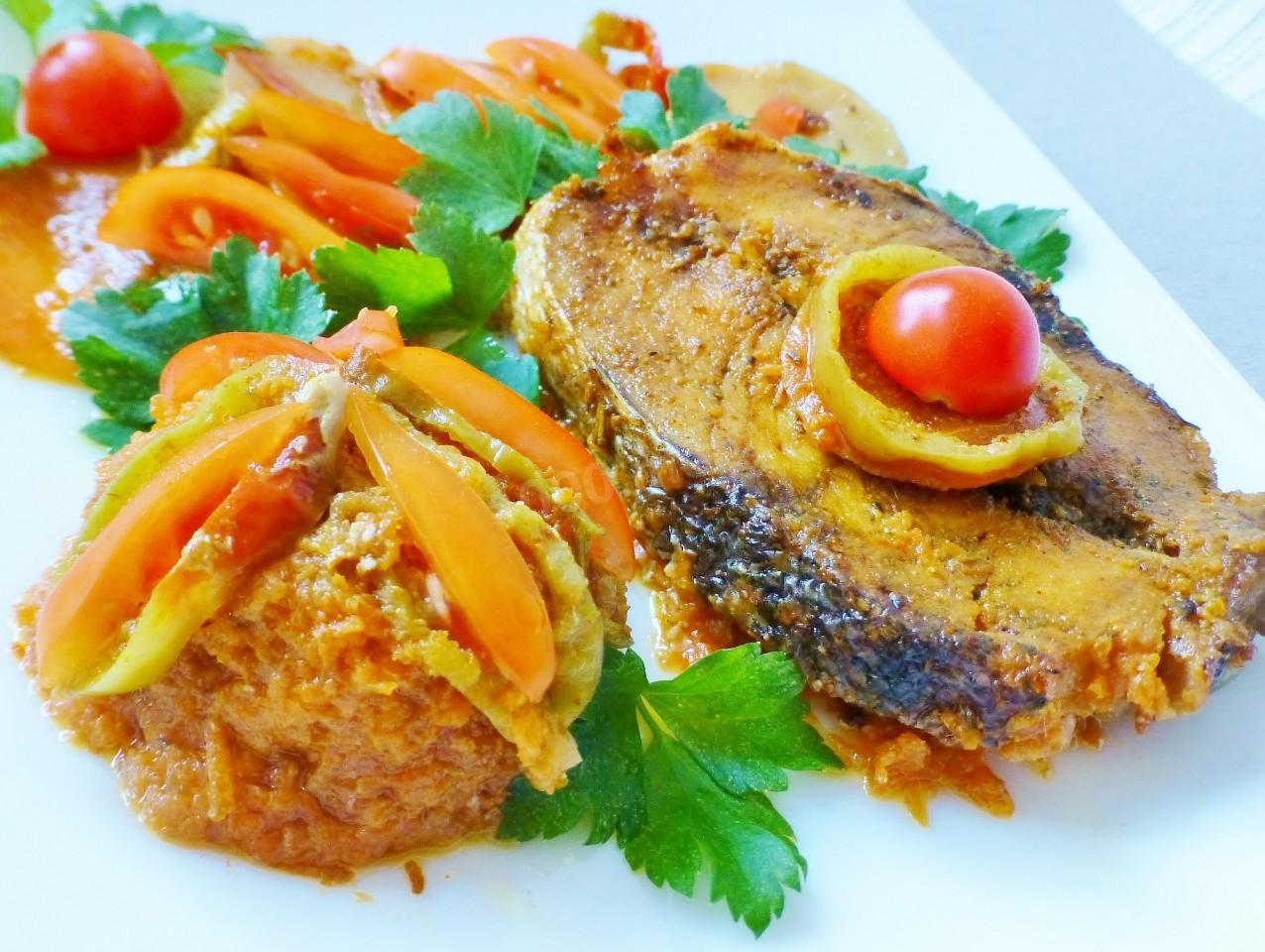 Филе трески запеченное в духовке с овощами и орехами фото
