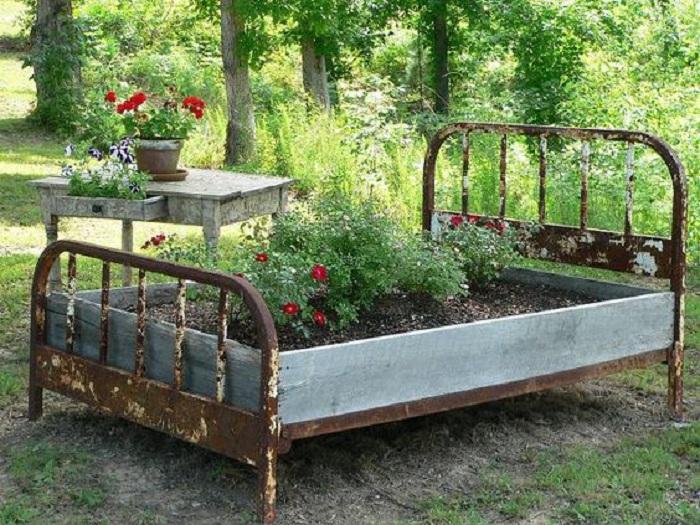 Прекрасное решение создать со старой кровати отличную грядку, которая будет не просто креативной, но и просто удобной.