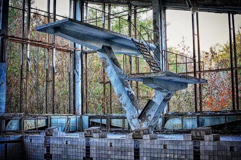 О былом величии города напоминают лишь монументальные сооружения вроде бассейна Припять, Чернобыль, зона, туризм, чаэс, экстрим