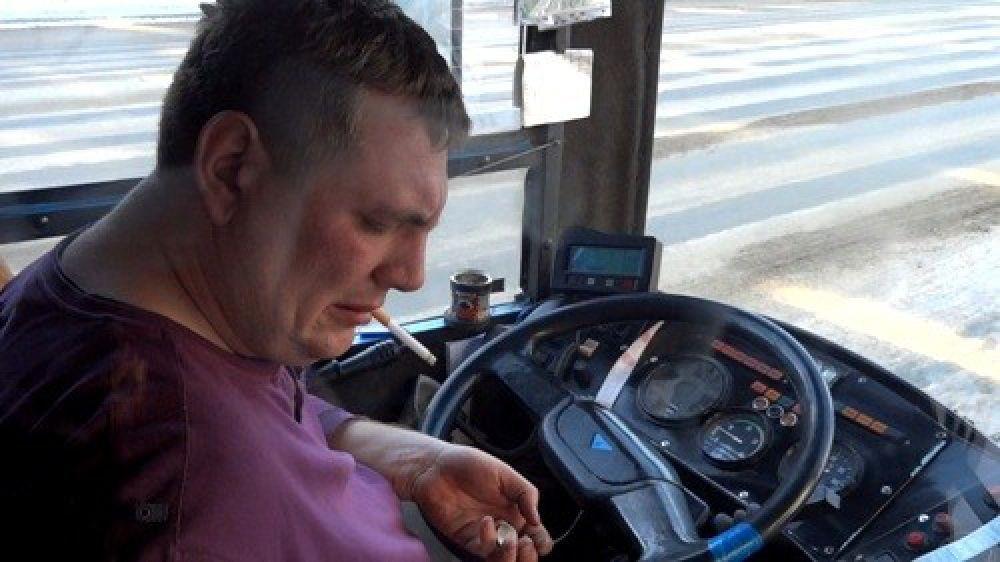Россиянам запретили выбрасывать окурки из автомобиля