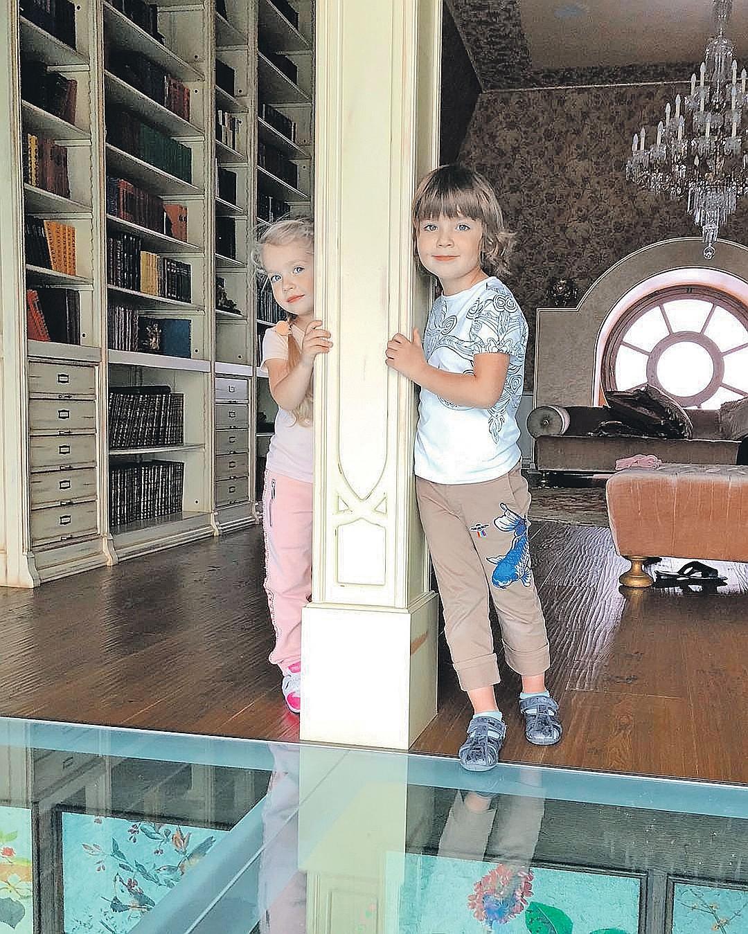Певица не хочет, чтобы их с Максимом двойняшки Гарри и Лиза продолжили артистическую династию. Фото: instagram.com/maxgalkinru