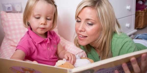 мама занимается с ребенком