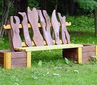 деревянная скамейка с ящиками для цветов