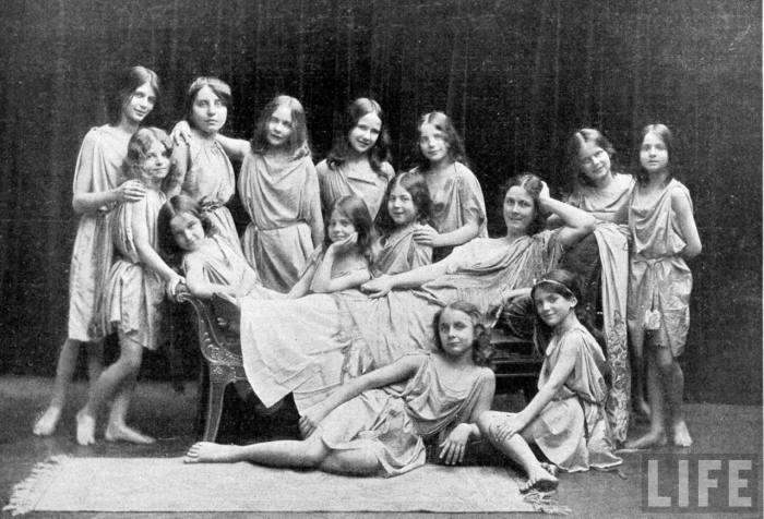 Айседора со своими усыновлёнными воспитанницами.