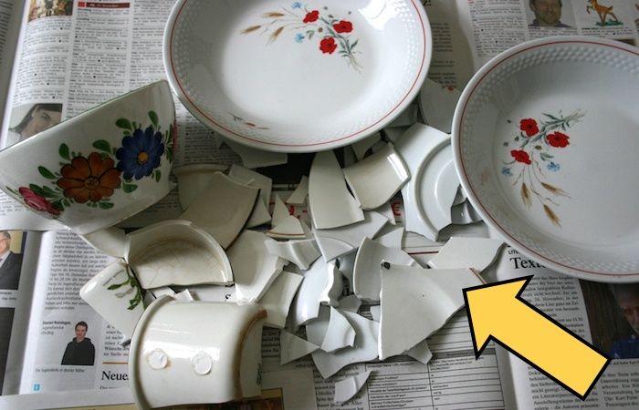 Мама взяла разбитые детьми тарелки и превратила в вещь, которой теперь гордится вся семья