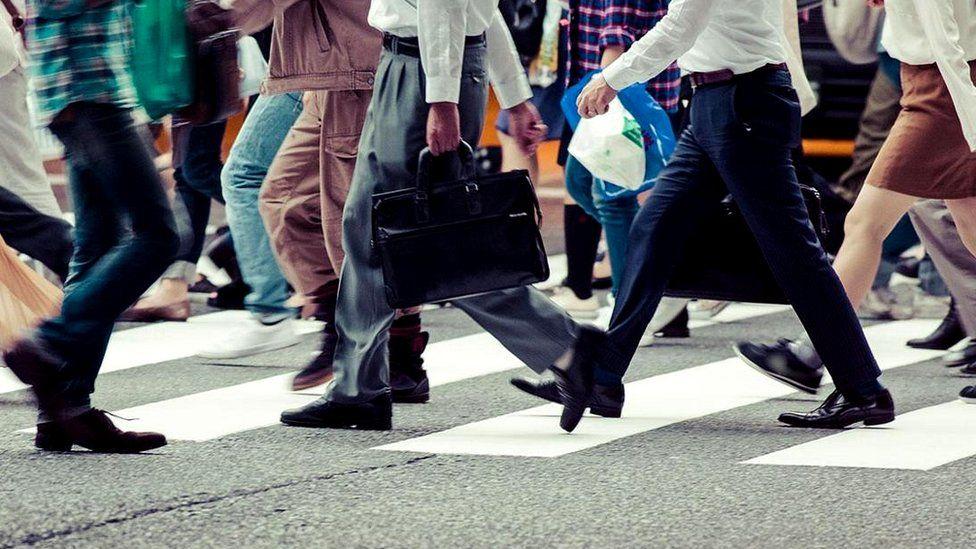 Шагающие ноги людей