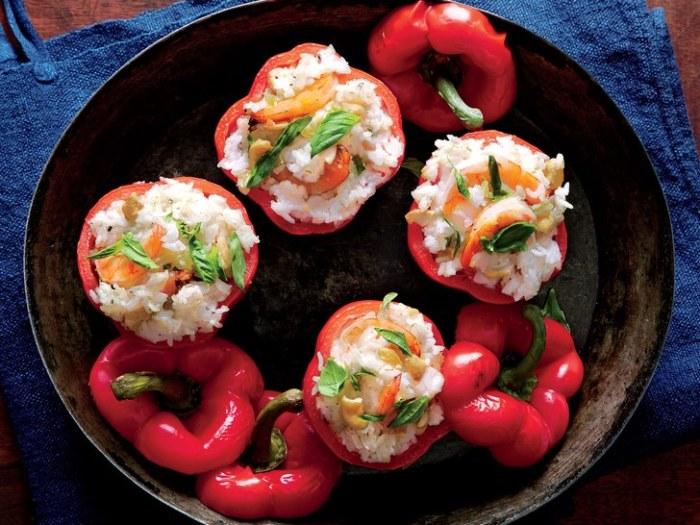Перец, фаршированный креветками.  Фото: self.com.