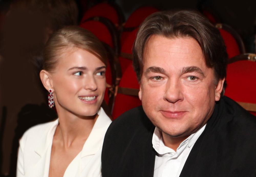 Эрнст женился на юной девушке