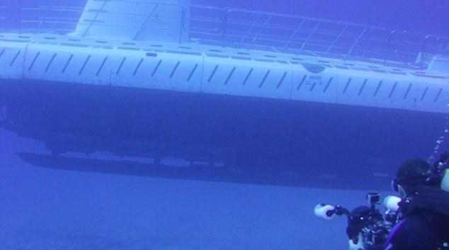 Таинственная субмарина появилась из ниоткуда и напугала дайверов