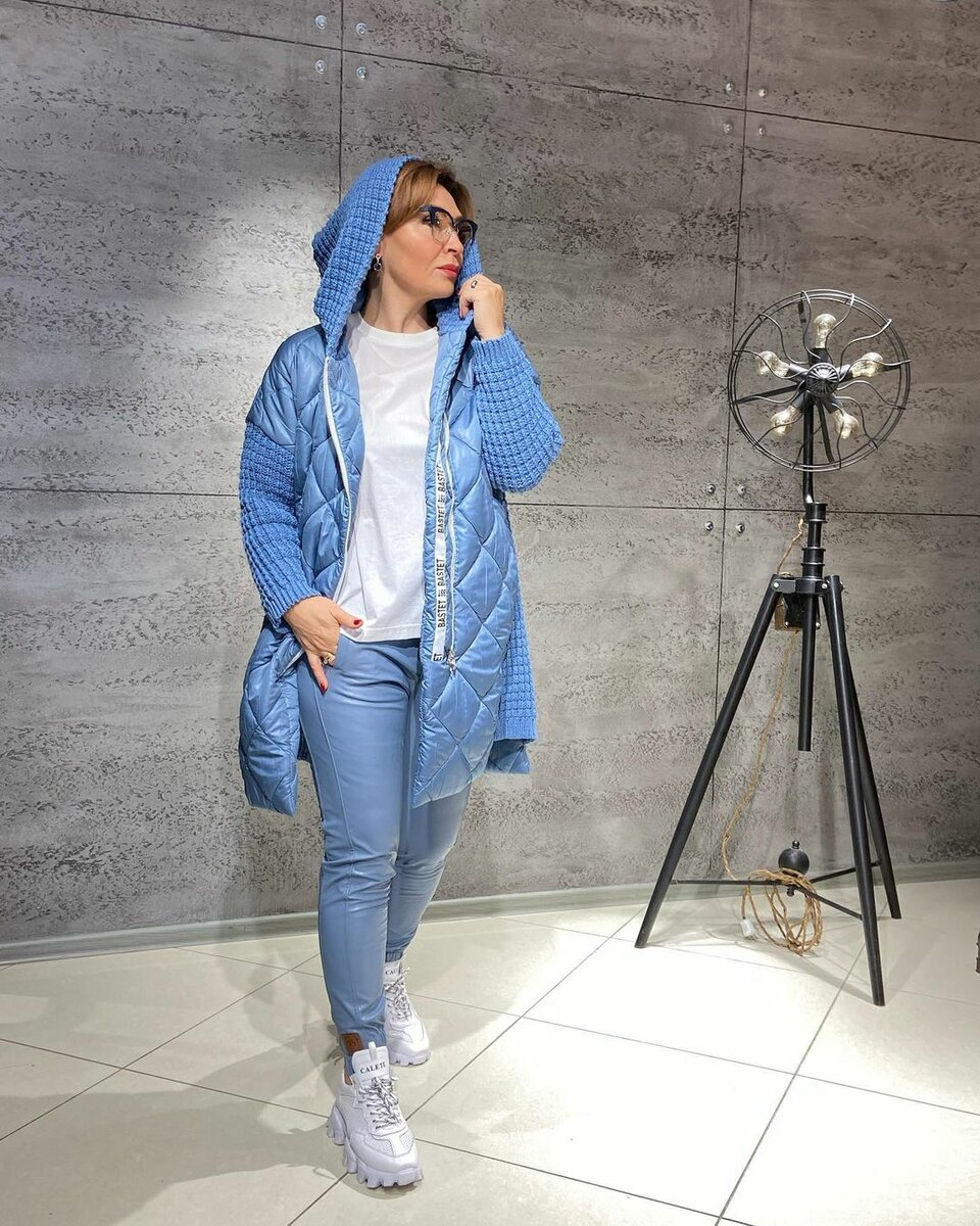 @konarevairina  / Ирина Конарева в голубой куртке. /Фото: instagram.com