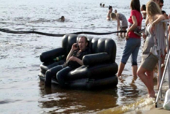 Человек на роскошном диване.