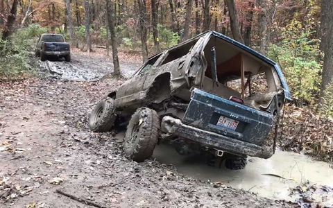 Jeep разорвало в яме с грязью