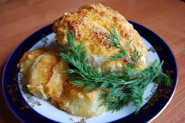 Блюдо дня — куриные грудки, запеченные в духовке под сыром