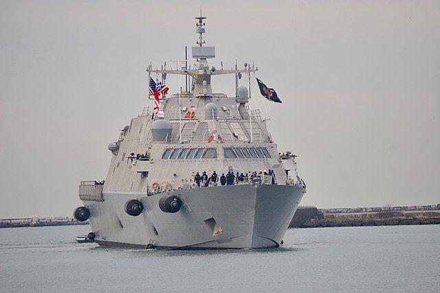 Новый боевой корабль США застрял во льдах в порту Монреаля