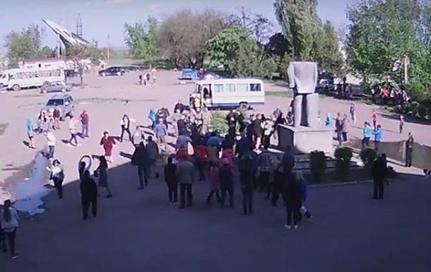 """Бойцов """"Азова"""" отметелили местные жители за снос памятника Ленину"""
