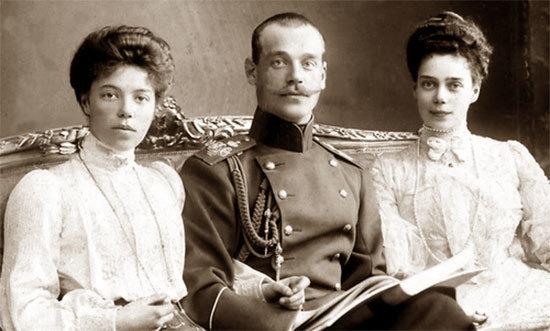 Сестры и брат Николая II: Ольга, Михаил и Ксения Романовы