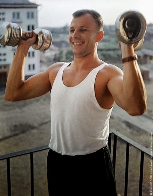 Физкультура. Спустя два года после полета Гагарин по-прежнему находится в хорошей физической форме. Лето 1963 года.