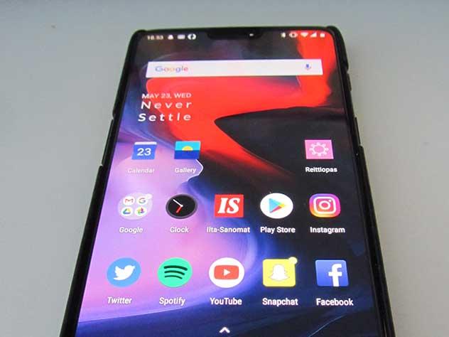 «Без iPhone»: Эксперты назвали пятерку лучших смартфонов 2018 года