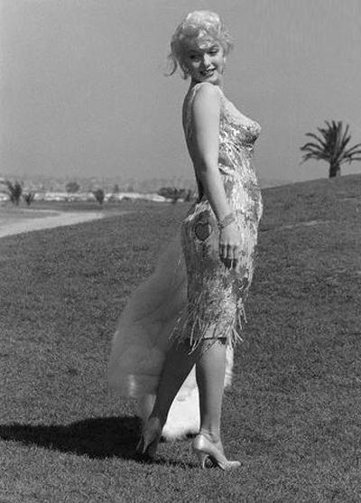 Однако силуэт платья, бывший в те времена прямоугольным, был существенно изменен и рассчитан на то, чтобы подчеркнуть сексуальность Мэрилин.