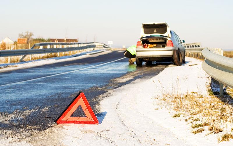 Кусок льда на дороге — объех…