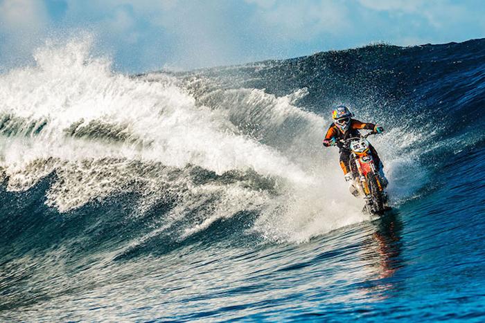 Ошеломительный трюк: поездка на мотоцикле по волнам океана