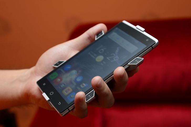 Создан первый в мире голографический смартфон